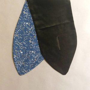 cuello terciopelo verde y flores azules